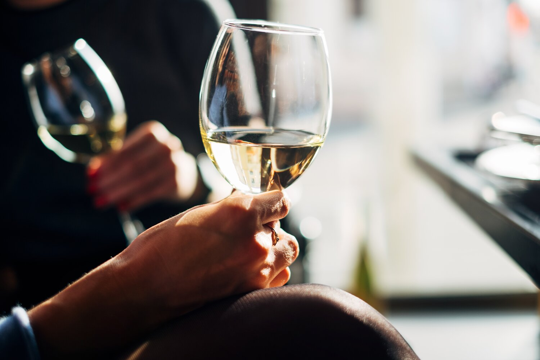 toasting-white-wine_t20_AlNWJ0